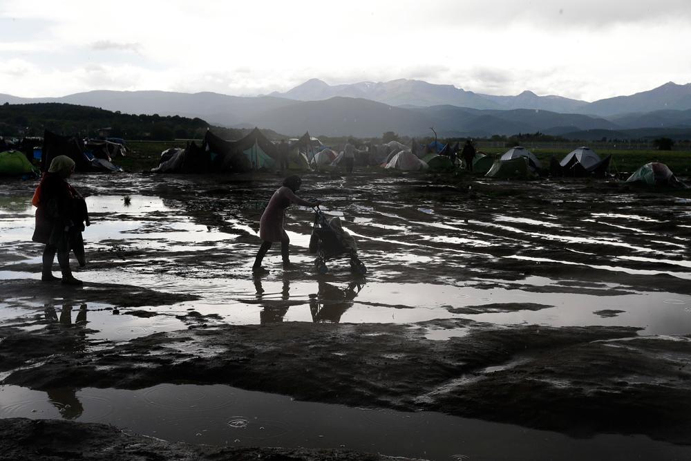 Nel campo di Idomeni dopo la pioggia, il 24 aprile 2016. - Gregorio Borgia, Ap/Ansa