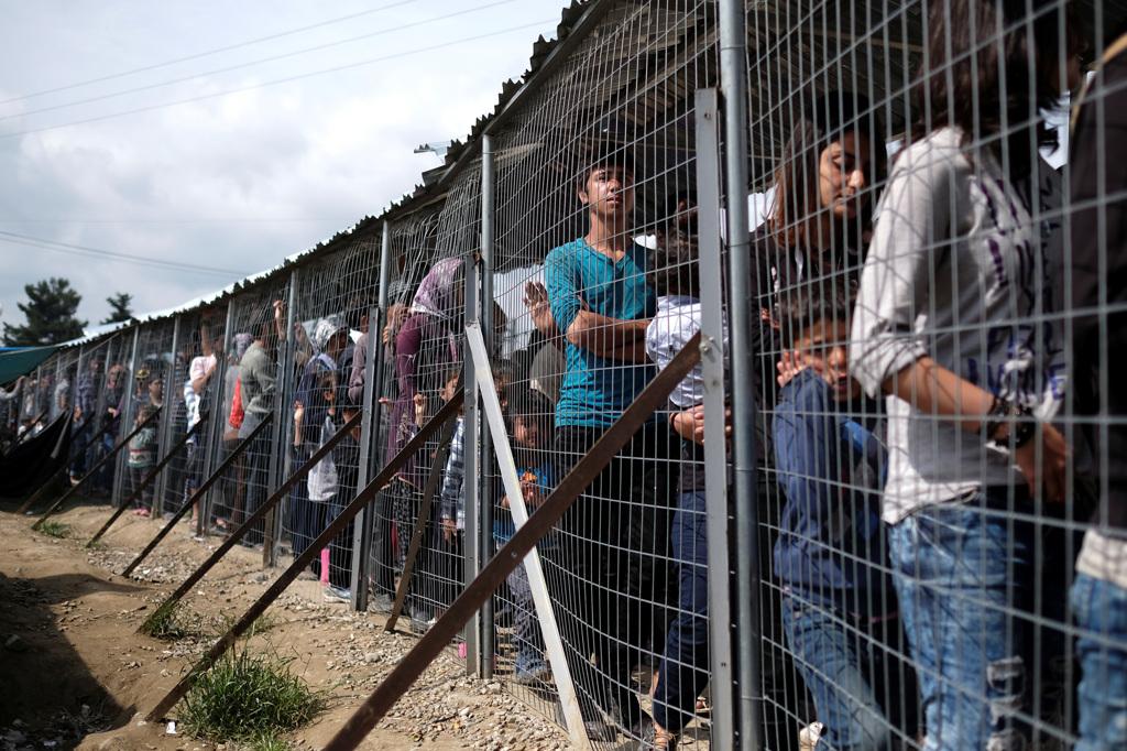 Profughi e migranti in fila per il cibo nel campo di Idomeni, al confine tra Grecia e Macedonia, l'11 maggio 2016. - Marko Djurica, Reuters/Contrasto
