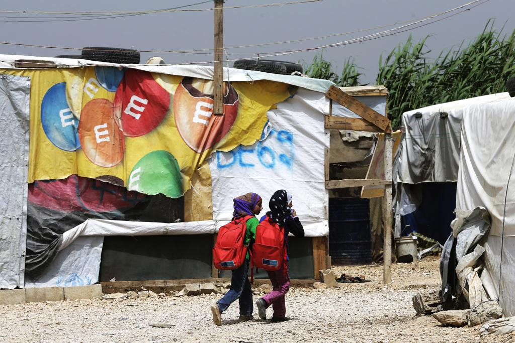 Bambine siriane vanno a scuola nel campo profughi nella valle di Bekaa, in Libano, il 13 maggio 2016. - Joseph Eid, Afp